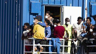 Illegális bevándorlók érkeznek a szicíliai Ragusa közelében fekvő Pozallo kikötőjébe májusban