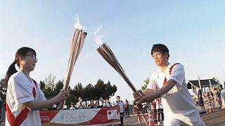 La fiaccola olimpica continua il suo viaggio verso Tokyo.