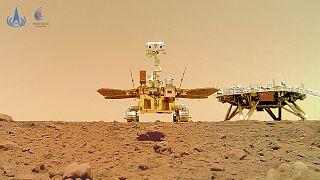 Çin Ulusal Uzay İdaresi, Mars gezgin aracı Zhurong'un, Kızıl Gezegen'den çektiği fotoğrafları basınla paylaştı.