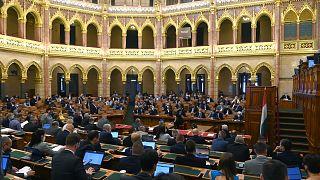 Plenáris ülés a parlamentben. A szakbizottság már megszavazta a módosító javaslatok többségét