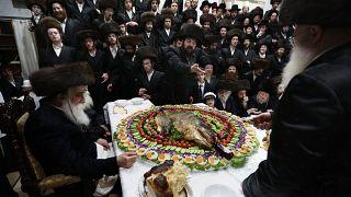 Ортодоксальные евреи в меховых шапках отмечают Пурим в Израиле