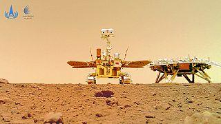 Der chinesische Marsrover Zhurong ist in der Nähe seiner Landeplattform zu sehen, aufgenommen von einer ferngesteuerten Kamera, 11.06.2021