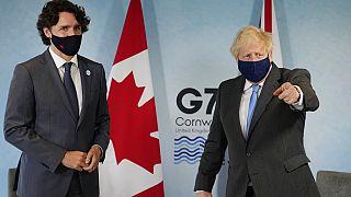 Kanada Başbakanı Justin Trudeau (solda), İngiltere Başbakanı Boris Johnson (sağda)