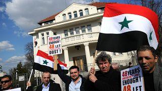 متظاهرون سوريون معارضون لنظام الأسد أمام مقر سفارة بلادهم في براغ. 2011/04/01