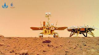 """الصين تترك """"بصمتها"""" وترفع علمها على سطح المريخ"""