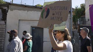 ناشطة تتظاهر ضد استيلاء مستوطنين إسرائيلين على منازل عشرات العائلات الفلسطينية في حي الشيخ جراح في القدس. 2021/06/04