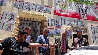 Carteles electorales en Ain Ouessara, Argelia
