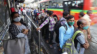 Hindistan'da otobüs durağında bekleyenler