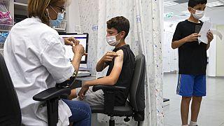 Ein Jugendlicher in Israel bekommt eine Corona-Impfung, 6.6.2021