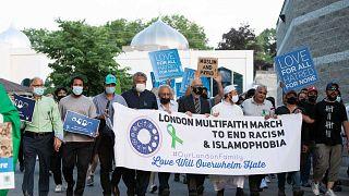 مسيرة من مختلف الأديان في مقاطعة أونتاريو الكندية  تكريما لعائلة مسلمة من أربعة أشخاص تم دهسها بسيارة في أونتاريو، كندا، 11 يونيو 2021.
