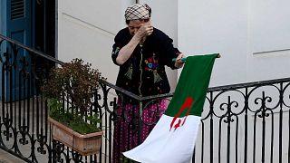 امرأة تمسح دموعها وهي تحمل العلم الوطني مع خروج المتظاهرين إلى الشوارع في العاصمة الجزائرية لرفض الانتخابات الرئاسية ، الجزائر، 27 ديسمبر 2019