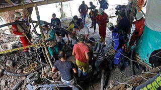 رجال الإطفاء وعمال الإنقاذ يبحثون عن عمال مناجم مفقودين عند مدخل منجم الذهب، في بلدية نيرا، مقاطعة كالداس، كولومبيا، 27 مارس 2021