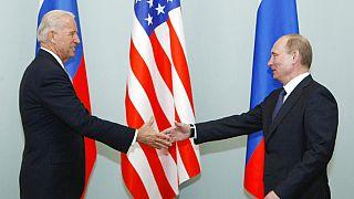 Foto de archivo de 2011. El entonces vicepresidente estadounidense, Joe Biden, da la mano al entonces primer ministro ruso, Vladimir Putin