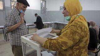 Un homme vote à Alger lors des premières élections législatives depuis l'éviction de l'ancien président Bouteflika, samedi 12 juin 2021.