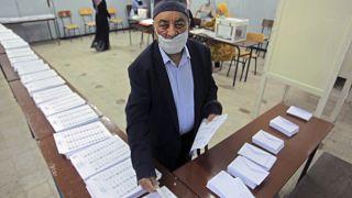 Подсчет голосов на одном из участков в Алжире