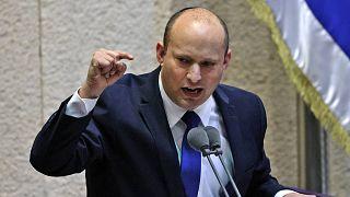 الزعيم اليميني نفتالي بينيت يلقي كلمة أمام المشرعين خلال جلسة خاصة للتصويت على حكومة جديدة في الكنيست بالقدس، 13 يونيو 2021.