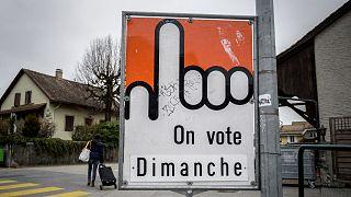 لافتة تدعو إلى التصويت في سويسرا