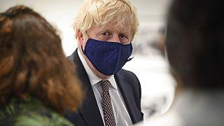 Boris Johnson teve de recuar no plano de desconfinamento