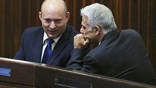 İsrail'in yeni başbakanları Naftali Bennett (solda), Yair Lapid (sağda)
