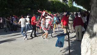 شاهد: اشتباكات في تونس العاصمة بين متظاهرين وعناصر الشرطة