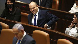 Le nouveau Premier ministre israélien assiste à une session de la Knesset, assis derrière Benjamin Netanyahou, le 13 juin 2021