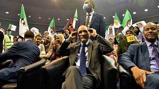 رئيس حزب حركة مجتمع السلم الجزائري عبد الرزاق مقري مع أنصاره في العاصمة الجزائرية، 8 يونيو 2021