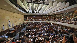 القاعة الرئيسية للكنيست في القدس خلال جلسة خاصة للتصويت على حكومة جديدة بقيادة نفتالي بينيت، 13 يونيو 2021