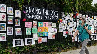 لائحة لأسماء المفقودين بسبب جائحة فيروس كورونا قرب مقبرة جرين وود في مدينة نيويورك، 11 يونيو 2021 .