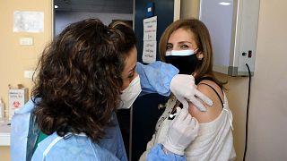 معلمة لبنانية تتلقى اللقاح المضاد لكوفيد-19 في بيروت، 29 مارس 2021