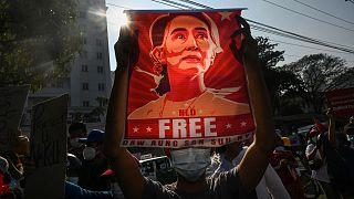 عکس آنگ سان سوچی در دست یکی از هواداران وی