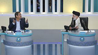 À gauche, le modéré Abdolnaser Hemmati ; à droite, l'ultra-conservateur Ebrahim Raïssi, le 12 juin 2021, lors du débat présidentiel, Téhéran, Iran