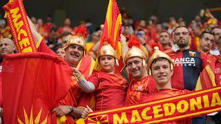 Με προκλητικό τρόπο και αμφίεση εμφανίστηκαν στο γήπεδο οι οπαδοί της Βόρειας Μακεδονίας
