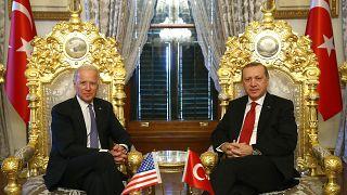 Φωτογραφία από τον Ιανούαριο του 2016 όπου ο Μπάιντεν, ως αντιπρόεδρος τότε των ΗΠΑ είχε  συναντηθεί με τον Ερντογάν στην Τουρκία