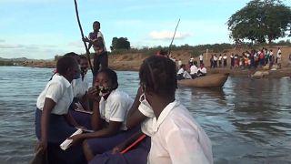Des collégiens naviguent pour aller à l'école au Mozambique
