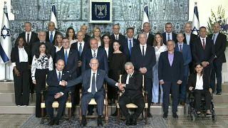 الحكومة الائتلافية الجديدة في إسرائيل في صورة جماعية