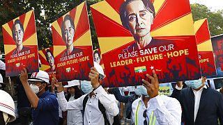 Proteste gegen die Inhaftierung der früheren Regierungschefin Aung San Suu Kyi in Mandalay, Myanmar, 15.02.2021
