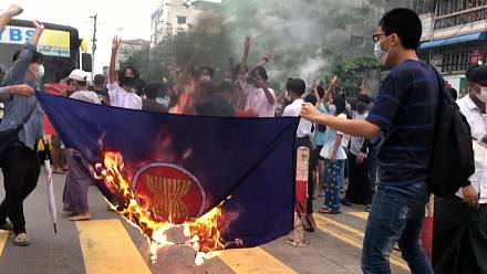 Myanmar: Protesters burn ASEAN flag