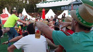 Portugál drukkerek a budapesti szurkolói zónában hétfő este