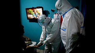 Mentők vizsgálnak egy légzési nehézségekkel küzdő Covid-beteget Argentínában