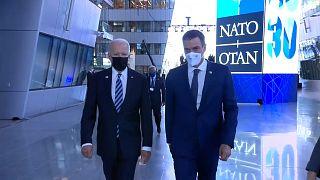 Joe Biden y Pedro Sánchez conversan en los pasillos de la sede de la OTAN en Bruselas