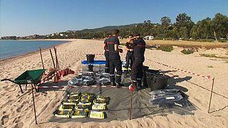 Des pompiers sur la plage de Solaro près de Solenzara