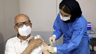 رجل يتلقى جرعة من لقاح سينوفارم المضاد لكوفيدـ19 في طهران. 2021/05/17