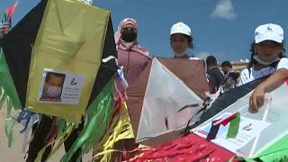 Gaza-Stadt: Kinder lassen Drachen steigen mit Porträts von getöteten Kindern