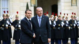الرئيس الفرنسي إيمانويل ماكرون يرحب بالرئيس التركي رجب طيب أردوغان، في قصر الإليزيه في باريس، الجمعة 5 يناير 2018