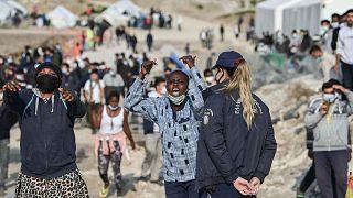 """مهاجرات أفريقيات يُطالبن بـ""""الحرية"""" داخل مخيم اللاجئين الجديد في ليسبوس، اليونان، 29 مارس 2021"""