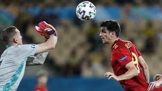 Gerard Moreno disputa el balón al portero sueco Robin Olsen, durante el partido del grupo E del campeonato de fútbol de la Eurocopa 2020