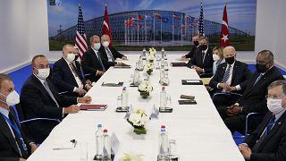 الرئيس الأميركي على اليمين ونظيره التركي على اليسار خلال اجتماع في قمة الناتو في بروكسل. 2021/06/14