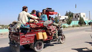 خانواده افغان که از درگیریهای فرار میکنند