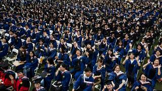 11 ألف طالب صيني يشاركون في حفل تخرّج جامعي في مدينة ووهان من دون اتخاذ إجراءات التباعد الاجتماعي ووضع الكمامات على الوجوه