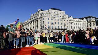 A A pedofilellenes törvényjavaslat elleni hétfői demonstráció az Országház előtti Kossuth téren